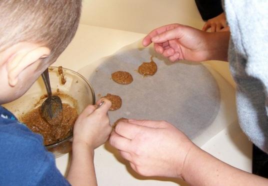 Les petits macarons très faciles : la phase la plus délicate...